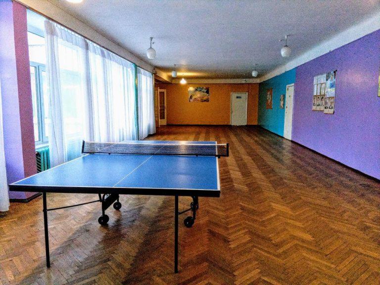Настільний теніс в коридорах школи для дозвілля під час перерв